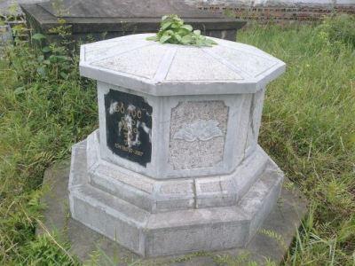 Mộ đá hình bát giác 002
