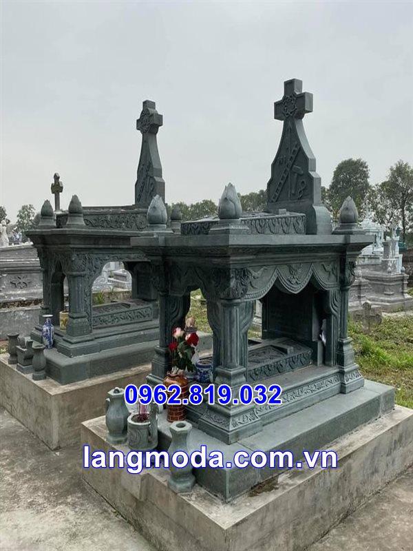 Mộ công giáo bằng đá xanh rêu tại Thái Bình