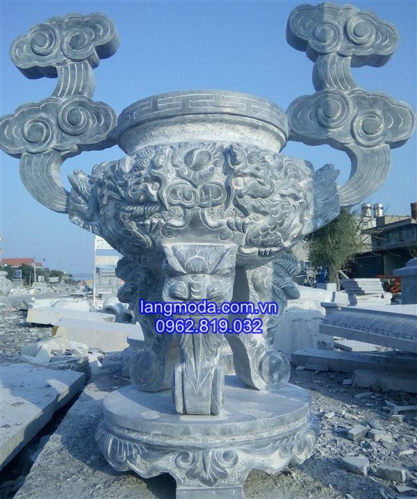 Mẫu lư hương đá xanh đặt trong đình chùa