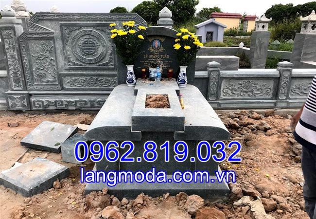 Ngôi mộ đá xanh rêu trong khu lăng mộ gia đình tại Bắc Ninh