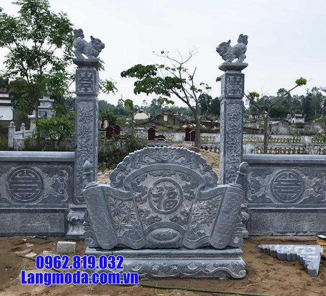 Hình ảnh cuốn thư và cột trụ cổng bằng đá